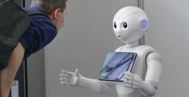 Softbank-robot.  Shutterstock
