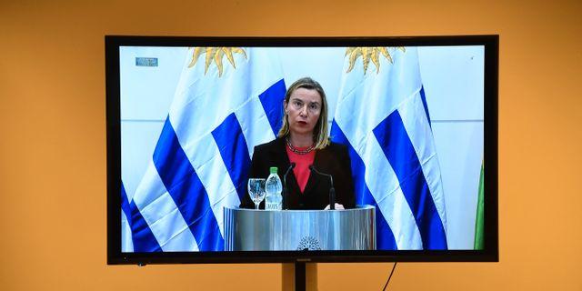 EU:s Federica Mogherini på en tv-skärm när hon talar vid mötet i Montevideo PABLO PORCIUNCULA / AFP