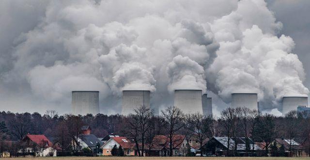 Kyltorn sprutar ut vattenånga vid kolkraftverket i tyska Jänschwalde. Patrick Pleul / TT NYHETSBYRÅN/ NTB Scanpix