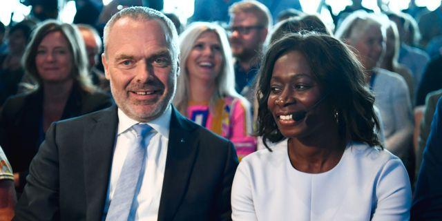 Jan Björklund och efterträdaren Nyamko Sabuni. Erik Simander / TT / TT NYHETSBYRÅN