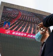 Folkkongressen under omröstningen på en storbildsskärm idag. Ng Han Guan / TT NYHETSBYRÅN