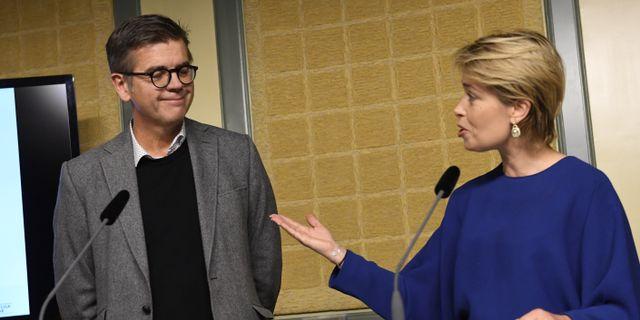 Lars Arrhenius vid en pressträff med ministern Annika Strandhäll i samband med en tidigare utredning.   Jonas Ekströmer/TT / TT NYHETSBYRÅN