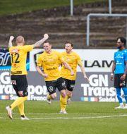 Mjällbys Jacob Bergström jublar med lagkamrater. Anders Bjurö/TT / TT NYHETSBYRÅN