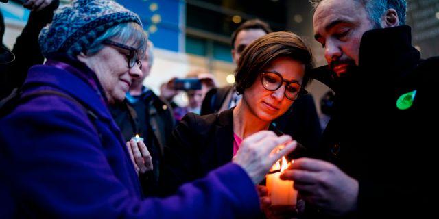 EU-parlamentariker tänder ljus för att symboliskt markera utträdet. KENZO TRIBOUILLARD / AFP