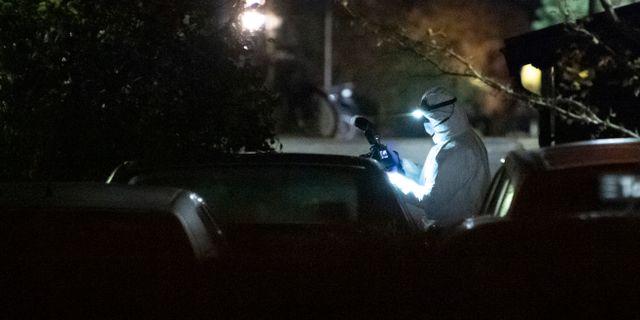 Polisens kriminaltekniker på plats på Stensjögatan i Malmö natten till söndagen efter en detonation på en parkeringsplats. Johan Nilsson/TT / TT NYHETSBYRÅN