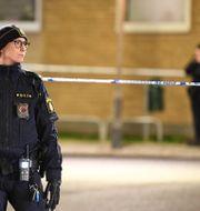 Polis på plats i Malmö där en man hittades skottskadad. Johan Nilsson/TT / TT NYHETSBYRÅN