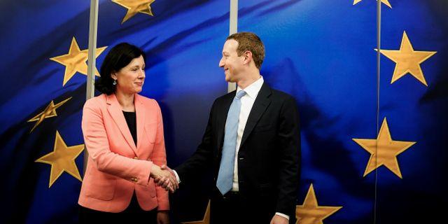 EU-kommisionens Vera Jourova tillsammans med Facebookgrundaren Mark Zuckerbergs besök i Europa tidigare i veckan. KENZO TRIBOUILLARD / TT NYHETSBYRÅN