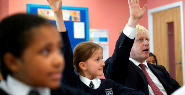 Boris Johnson på besök i en skola. Arkivbild. Toby Melville / TT NYHETSBYRÅN