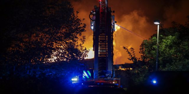 En stor styrka arbetade med att släcka branden. Adam Ihse/TT / TT NYHETSBYRÅN