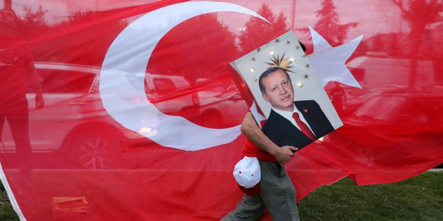 En Erdogan-supporter bär på en bild av presidenten.  GORAN TOMASEVIC / TT NYHETSBYRÅN