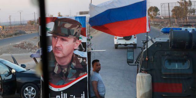 Arkivbild. Syrisk soldat vid kontroll när rysk militärpolispasserar. Sergei Grits / TT NYHETSBYRÅN/ NTB Scanpix