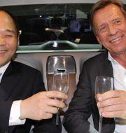 Volvo Cars styrelseordförande Li Shufu och bolagets vd Håkan Samuelsson. KARIN OLANDER / TT / TT NYHETSBYRÅN