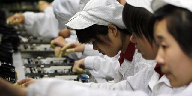 Illustrationsbild: Personal vid en Foxconnfabrik i Shenzhen, södra Kina.  Kin Cheung / TT / NTB Scanpix