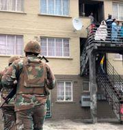 En soldat patrullerar mot gängvåldet i Kapstaden i somras. Arkivbild. Reuters  Staff / TT NYHETSBYRÅN