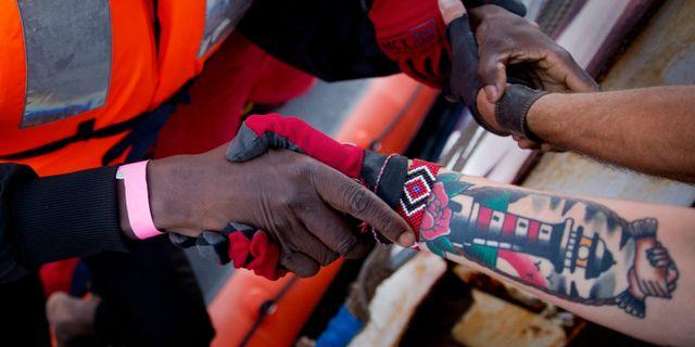 Hjälparbetare utanför den libyska kusten, 22 juni. Emilio Morenatti / TT / NTB Scanpix