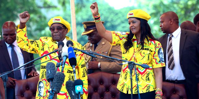 Robert och Grace Mugabe på scen i huvudstaden Harare.  STR / TT NYHETSBYRÅN