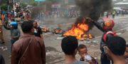 Demonstranter bränner däck under protester i Manokwari. ANTARA FOTO / TT NYHETSBYRÅN
