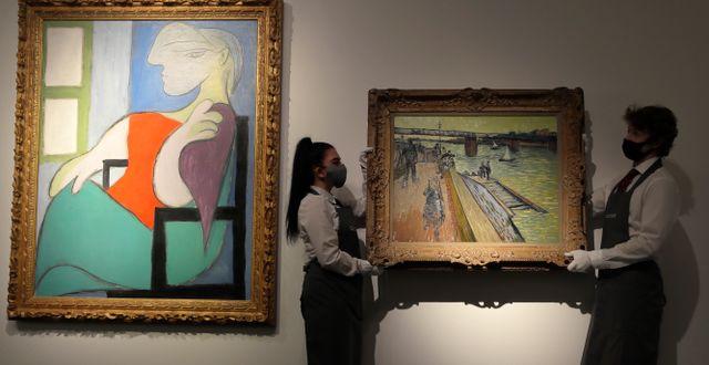 """Picassotavlan till vänster i bild bredvid Van Goghs """"Le Pont de Trinquetaille"""".  Kirsty Wigglesworth / TT NYHETSBYRÅN"""