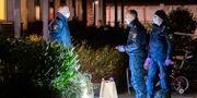 Polisens kriminaltekniker på plats efter att någonting har detonerat vid ett bostadshus i stadsdelen Drottninghög i Helsingborg natten till måndagen.  Johan Nilsson/TT / TT NYHETSBYRÅN