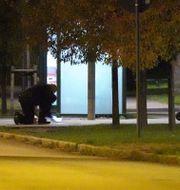 Polisen tar hand om det misstänkta föremålet.  Johan Nilsson/TT / TT NYHETSBYRÅN