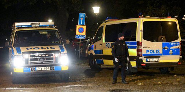 Polisens tekniker i arbete under natten till fredagen efter att flera personer har hittats skottskadade vid i centrala Trelleborg. Johan Nilsson/TT / TT NYHETSBYRÅN