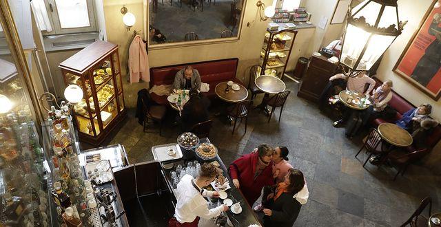 Kaffebar i Milano. Illustrationsbild.  TT