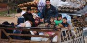 Syriska flyktingar på väg genom Hazano i Idlib-provinsen. Ghaith Alsayed / TT NYHETSBYRÅN