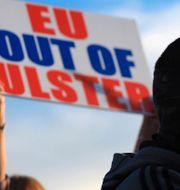 Demonstranter i Newtownard i Nordirland, 18 juni 2021.  Peter Morrison / TT NYHETSBYRÅN