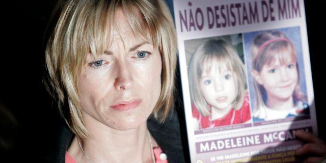 Madeleine McCanns mamma Kate McCann med en bild på dottern. Francisco Seco / AP
