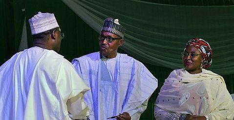 Muhammadu Buhari i en ceremoni där hans valseger bekräftades av valkommissionen. TT