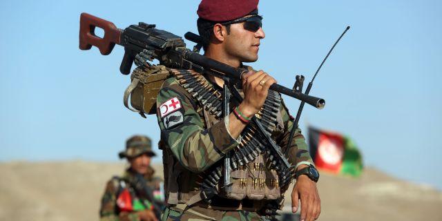 Soldat ur Afghanistans armé. Rahmat Gul / TT NYHETSBYRÅN