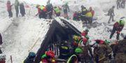 Räddningsarbetare vid hotellet på en bild från förra veckan. SOCCORSO ALPINO / TT / NTB Scanpix