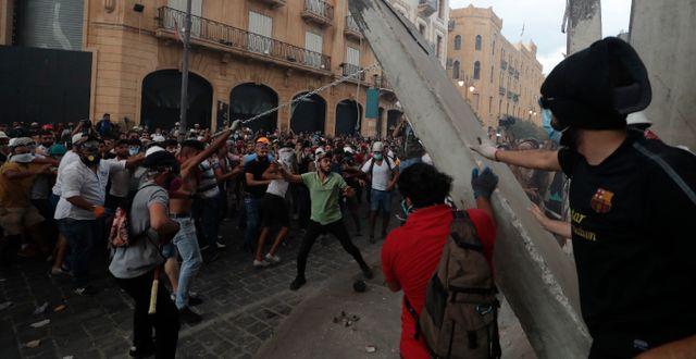 För tredje dagen i rad protesterade människor igår utanför regeringsbyggnader i Beirut.  Hassan Ammar / TT NYHETSBYRÅN