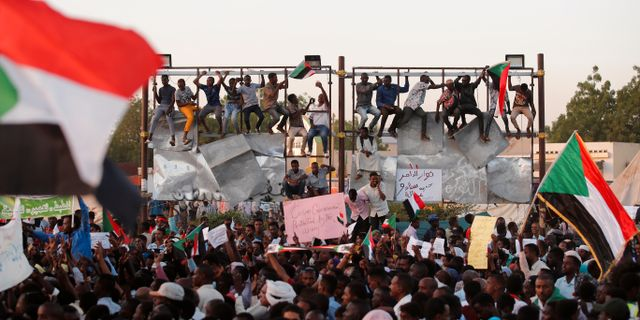 Demonstranter utanför arméhögkvarteret i Khartoum på påskdagen UMIT BEKTAS / TT NYHETSBYRÅN