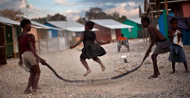 Barn leker i ett tältläger som upprättades efter jordbävningen, bilden är från 2012. Ramon Espinosa / TT / NTB Scanpix