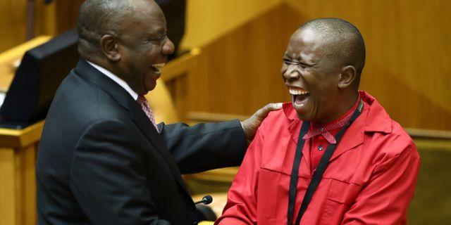 Cyril Ramaphosa gratuleras av oppositionspolitikern Julius Malema. SUMAYA HISHAM / TT NYHETSBYRÅN