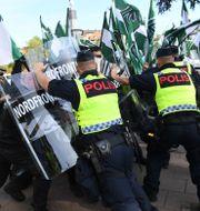 Polis drabbar samman med personer från Nordiska motståndsrörelsen. Fredrik Sandberg/TT / TT NYHETSBYRÅN