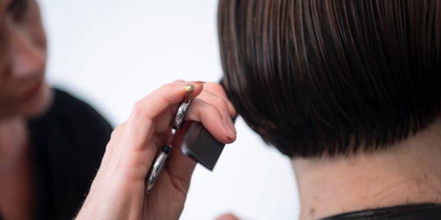 En frisör som klipper sin stamkund.  Fredrik Sandberg/TT / TT NYHETSBYRÅN