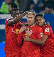 Emil Forsberg gratuleras efter sitt mål mot Schalke den 22 februari. SASCHA SCHUERMANN / TT NYHETSBYRÅN