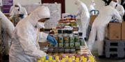 Personal förbereder matpaket till fattiga invånare i Istanbul. TT NYHETSBYRÅN