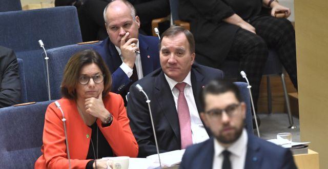 Morgan Johansson ser på när Jimmie Åkesson talar i riksdagen. Här tillsammans med Isabella Lövin och Stefan Löfven. Claudio Bresciani/TT / TT NYHETSBYRÅN