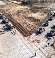 Bilden från den ryska försvarsmakten som släpptes på torsdagen uppges visa ryska militärfordon på Krimhalvön TT NYHETSBYRÅN