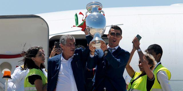 Cristiano Ronaldo och Fernando Santos hade EM-bucklan i högsta hugg när de klev av planet. Paulo Duarte / TT NYHETSBYRÅN