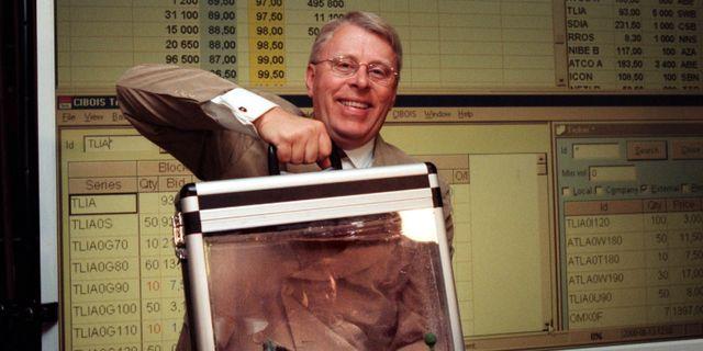 """Arkivbild: Handeln i Teliaaktien var stor när debuten gjordes på Stockholmsbörsen, den 13 juni 2000. På bilden står dåvarande vd:n Jan-Åke Kark med """"aktieportföljen"""".  Bertil Ericson / TT NYHETSBYRÅN"""
