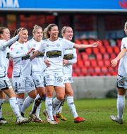 Göteborgs Pauline Hammarlund jublar med övriga truppen efter ett mål. SUVAD MRKONJIC / BILDBYRÅN