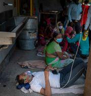 En patient får syrgas på gatan utanför ett sjukhus. Altaf Qadri / TT NYHETSBYRÅN