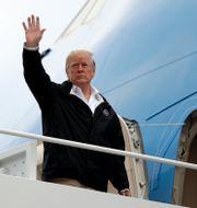Donald Trump på väg ombord på sitt plan Evan Vucci / TT NYHETSBYRÅN