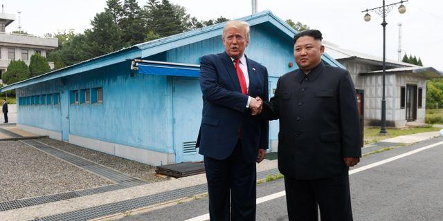 Donald Trump och Kim Jong-Un vid den demilitariserade zonen vid gränsen mellan Nordkorea och Sydkorea i juni.  Susan Walsh / TT NYHETSBYRÅN