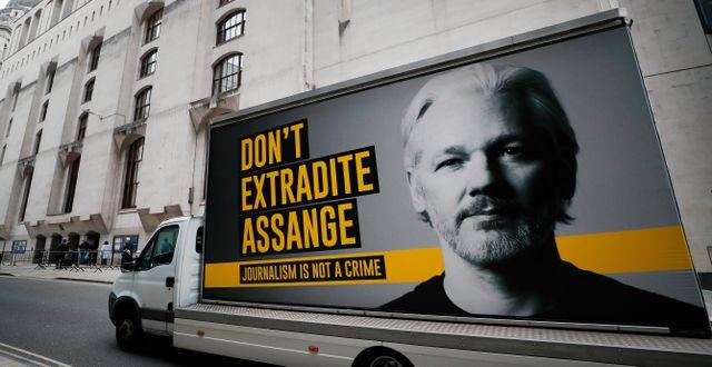 Reklamaffisch utanför domstolen i London Frank Augstein / TT NYHETSBYRÅN
