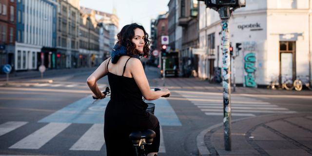 Cyklist med Hövding. Julia Lindemalm
